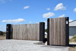houten en stalen poort