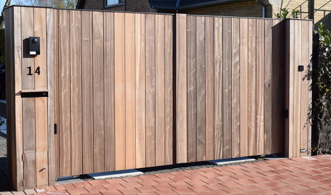Metalen poort met hout bekleed