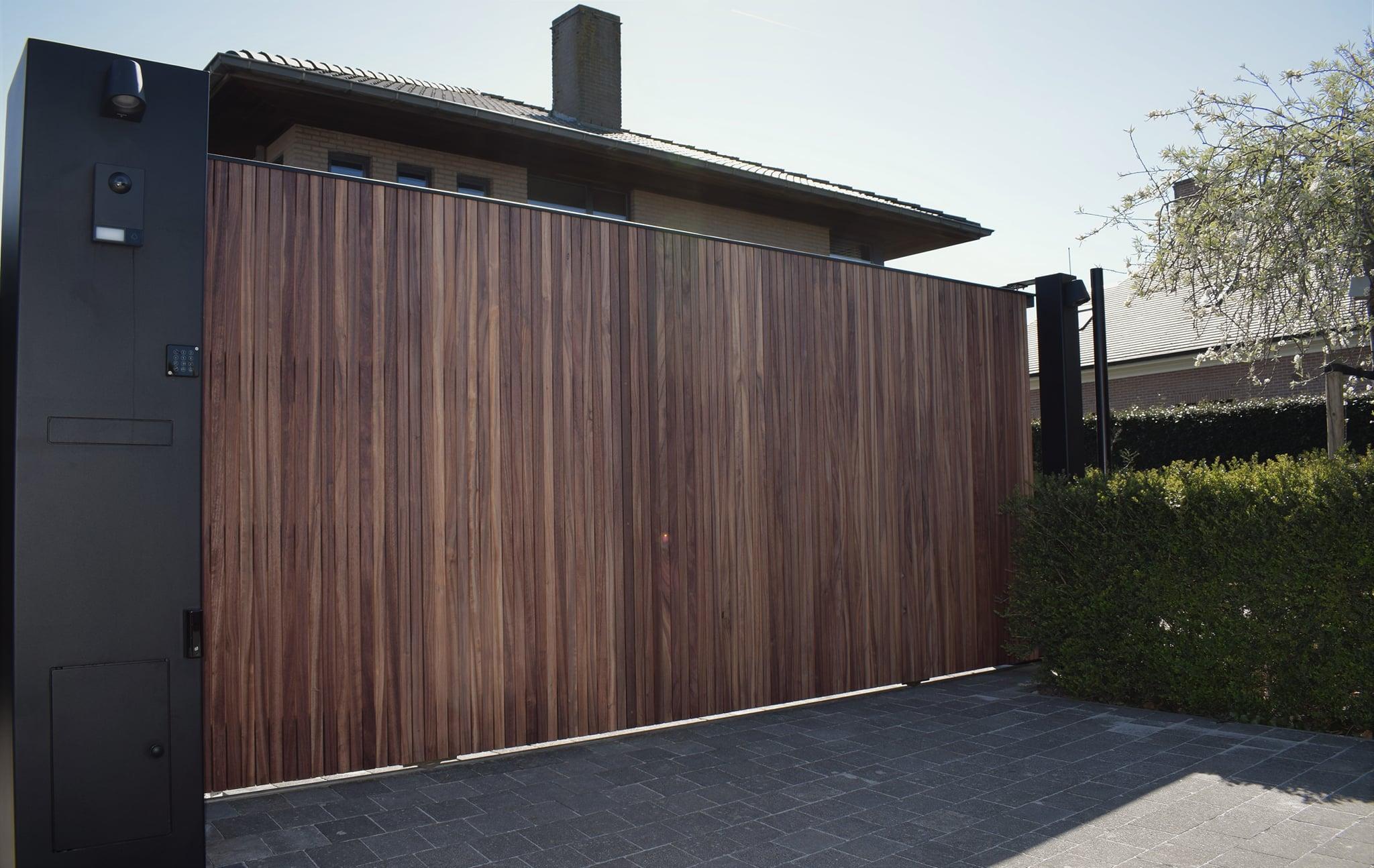 Schuifpoort met houten latjes